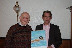 Hans Kannegießer überreicht Gerhard Hahne das Bild eines Schwimmers.
